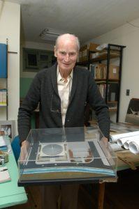 Egon Belz e maquete original do projeto do Galegão - Acervo Museu Egon Belz