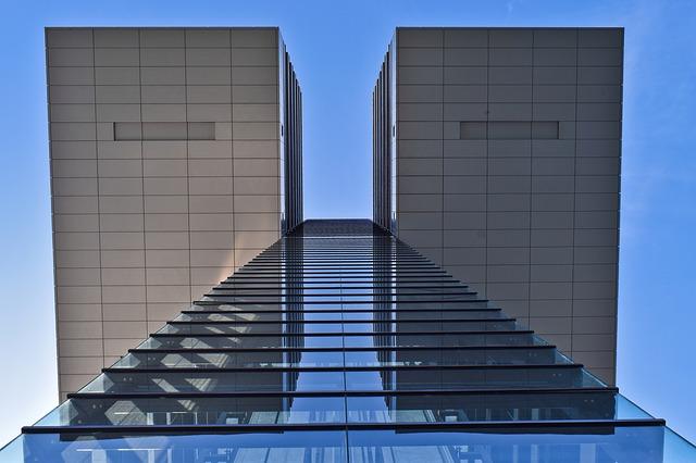 Edifício visto em Contra Plongée - Foto: Michael Gaida / Pixabay
