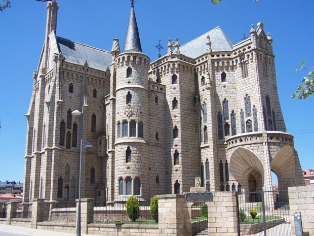 Palácio Episcopal de Astorga - Antoni Gaudí (1915) Influência da arquitetura gótica.